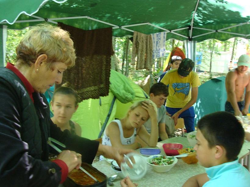 Еще один энтузиаст. Тамара Ефимовна Радуда знает, чем накормить ребят после похода.